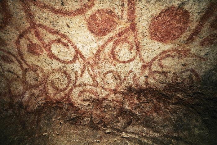 ochre spirals painted on ceiling of hypogeum